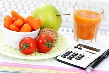 Продукты питания в тарелке на столе