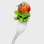 Салатный лист и помидор черри на вилке