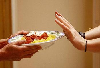 Тарелка с макаронами и соусом в руках