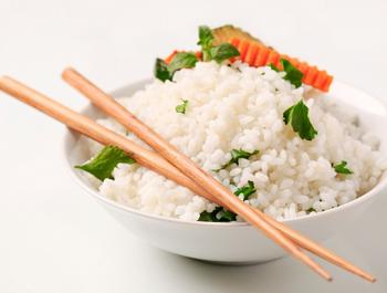 Тарелка с вареным рисом и зеленью