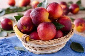 В корзине свежие фрукты