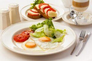Яичница с овощами в тарелке