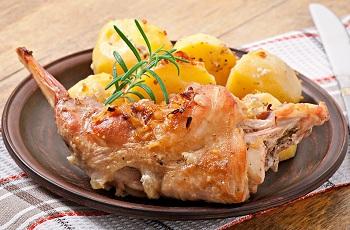 Жареное мясо с картофелем на тарелке