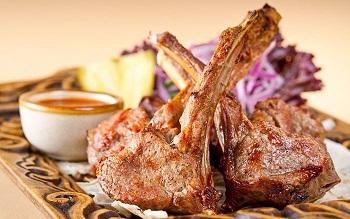 Жареное мясо с соусом на столе