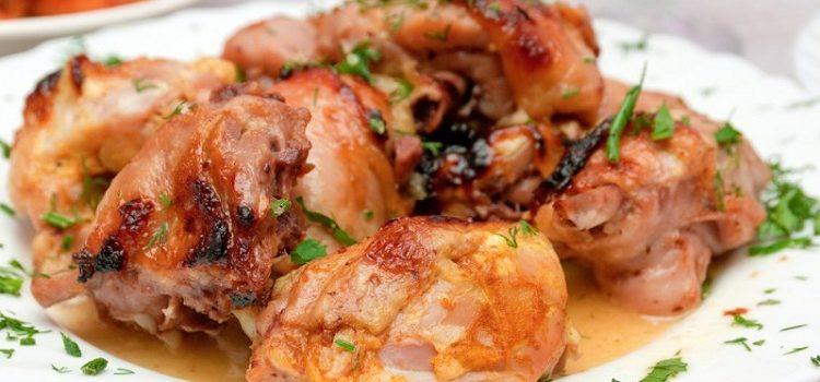 Жареное мясо с зеленью на тарелке