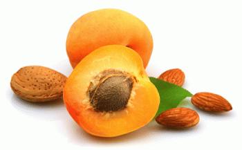 Желтые абрикосы в разрезе на столе
