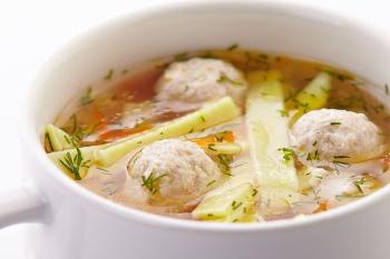 На обед во время диеты при повышенном холестерине можно подать овощной суп с куриными фрикадельками