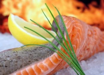 Жирная морская рыба - один из продуктов, способствующих снижению уровня вредного холестерина