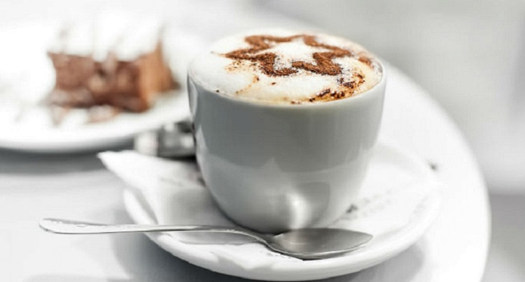 Бодрящий кофе с молоком и его полезные свойства