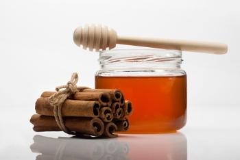 Корица с медом: польза и вред для мужчин и женщин