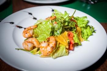 Маракуйя: полезные свойства, рецепт салата с креветками