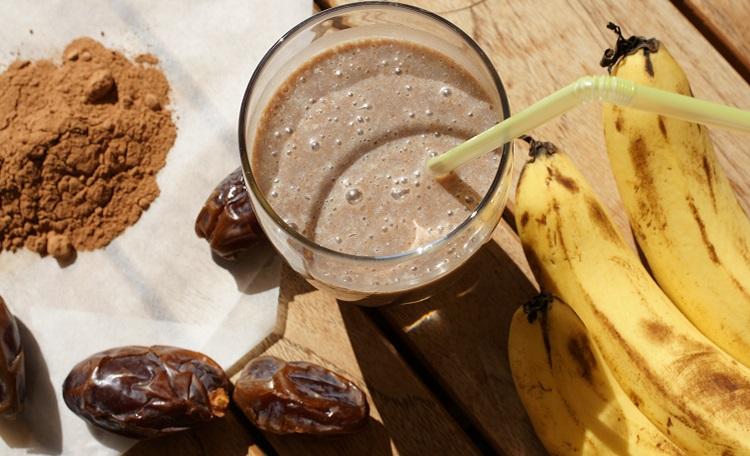 Рецепт приготовления смузи из кэроба с бананом и финиками