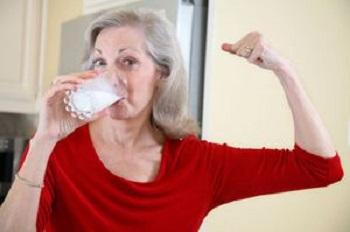 В чем заключается польза и вред козьего молока для организма пожилых